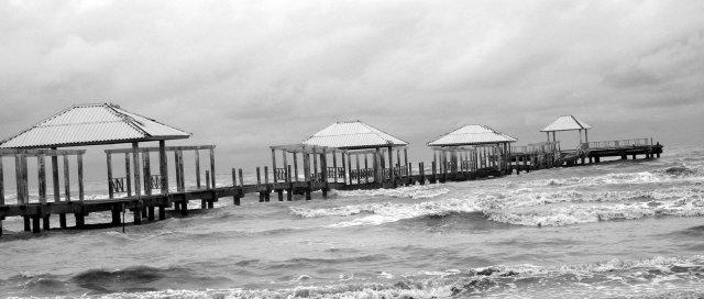 Dampak Cuaca Buruk, Pengunjung Pantai Anjlok