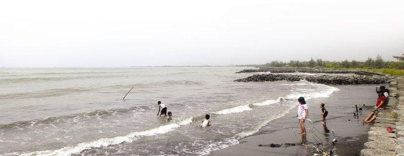 Pantai Muarareja Tegal Ramai Dikunjungi Wisatawan